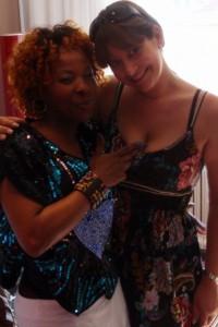 Tanja Zerkowitz gemeinsam mit Sängerin Velile Mchunu während des Stylings